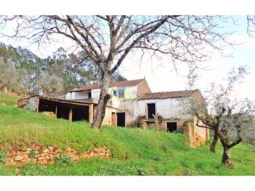 Large farmhouse in great location not too far from the medieval town of Penela in the district of Coimbra.  |