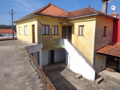 Beautiful old house located in a small village close to the town of Vila Nova de Poiares.  | 3 Bedrooms | 1WC