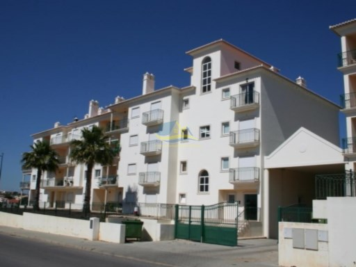 Spacious, fully-furnished and equipped, 3 bedroom penthouse apartment in a private condominium located in the Montechoro area of Albufeira.  | 3 Bedrooms | 2WC