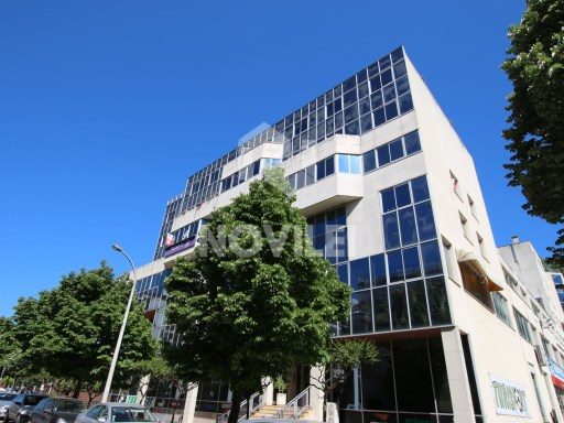 With 132m2 Office located in the 2000 building, Centre of Leiria. |