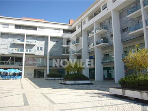Street store with 30 m2, with bathroom in the New Square Building, Urb. New Leiria. |
