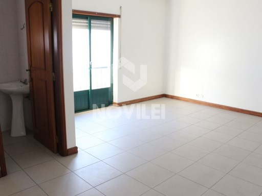 Office in New Leiria South-facing with a large living room and bathroom |