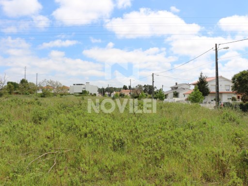 Plot of land for construction of detached house with possibility of being completely Ground in the Hills of Gândara, quiet and very sunny very close to the Centre of Leiria. |