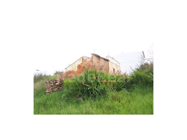 Ruin with 3000m2 of land near the beach in the Algarve