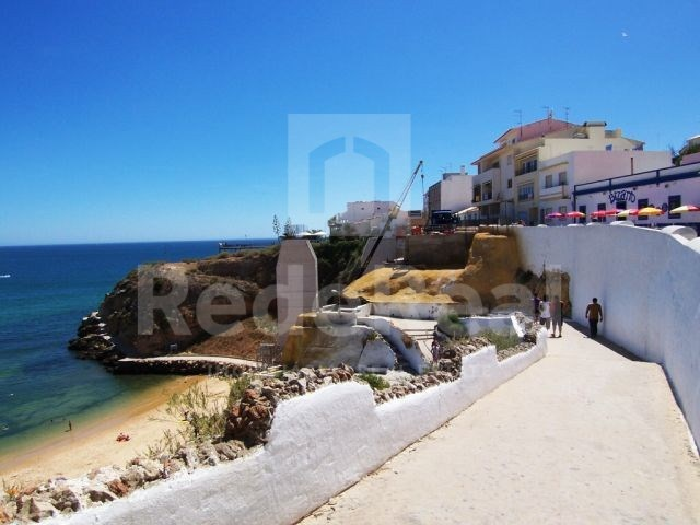 Old house facing the sea in the Centre of Albufeira to retrieve
