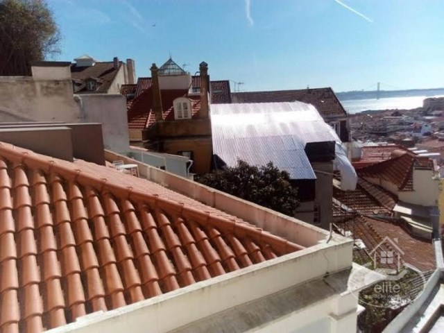 Building in good condition, with river view and S. Jorge castle |