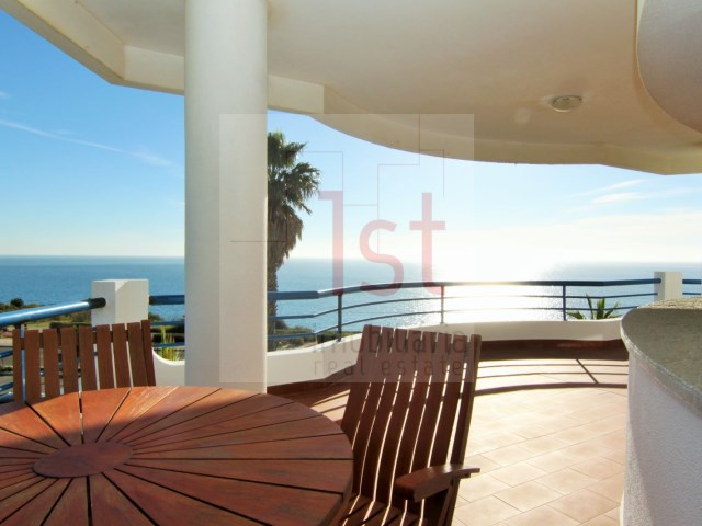 Fantastic T3 (270 m 2) entered private condo in Cascais in first line of sea