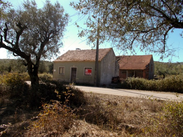 House 2 bedrooms to retrieve with attachment and terrain, near Alcanede, for sale