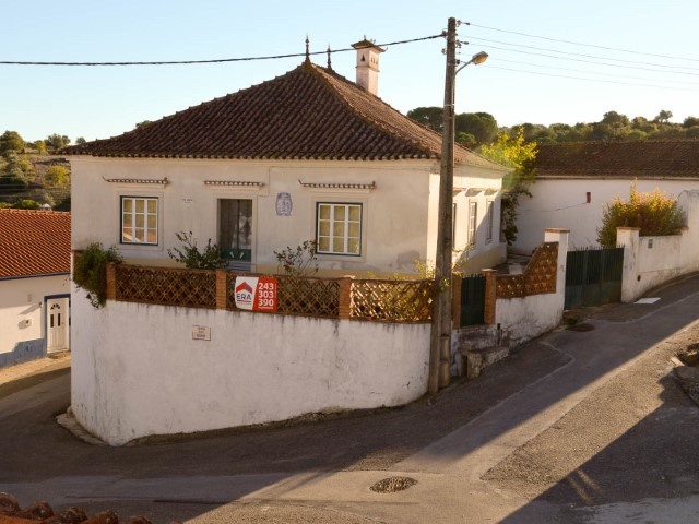 Rustic house T4 with Yard and outbuildings near the Node A1 Santarém, for sale