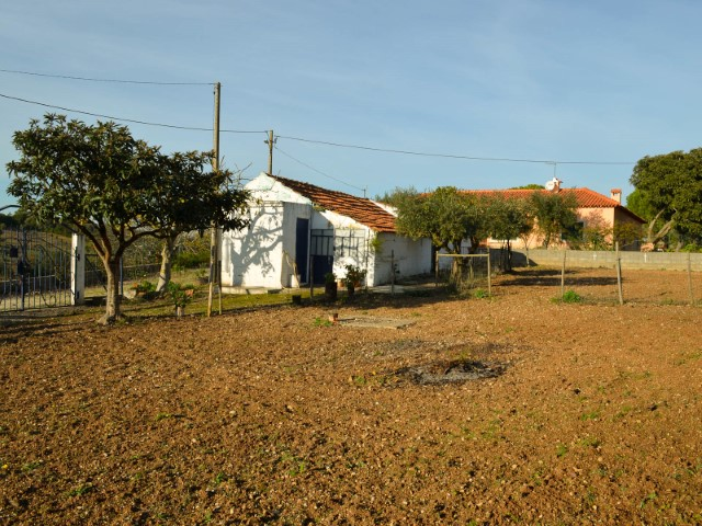 2 bedroom townhouse with land, near the A1 Node Santarém, for sale