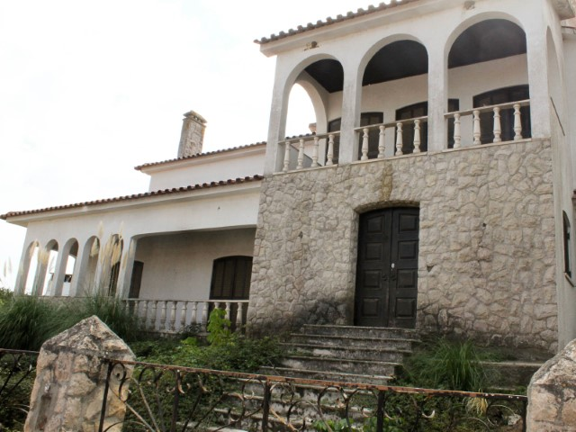 House 5 bedrooms with large areas and terrain, with Santarém and Almeirim, for sale
