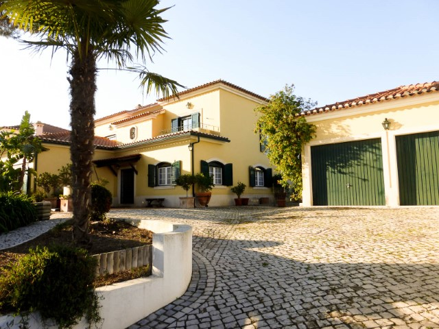 House 4 bedrooms with large areas and Pool, next to the Town, for sale