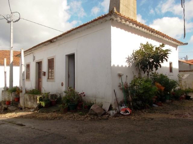 Rustic house 2 bedroom with Basement and Annex, near Alcanede, for sale