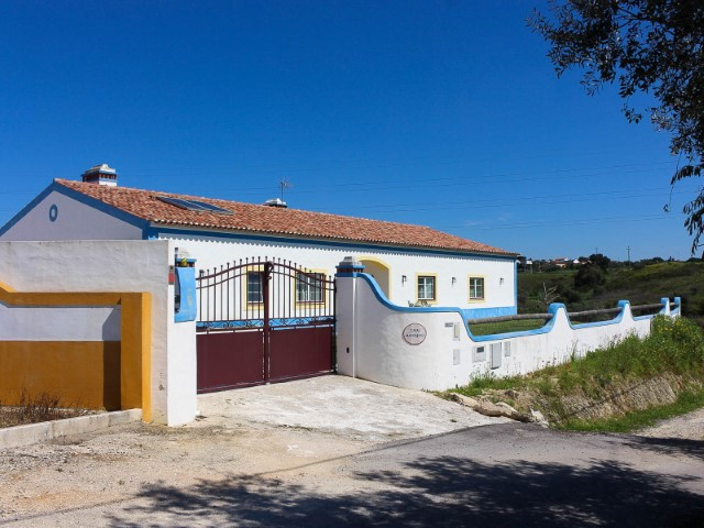 House 5 bedrooms with Garage, Showroom and terrain, near Santarém, for sale