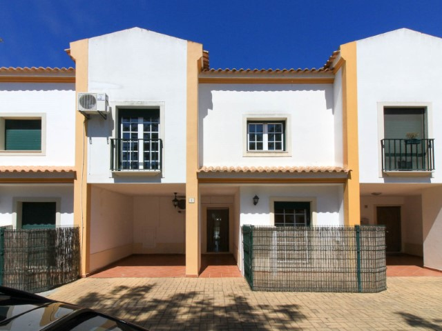 3 bedroom villa in gated community with pool, in Huntingdon, for sale