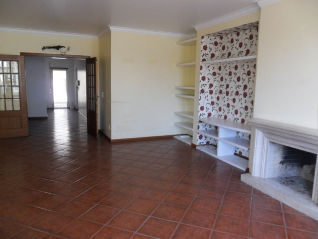 Apartment with parking space in the Centre of Almeirim, for sale