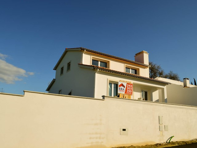 House 4 bedrooms under construction with Garage and Pit, near Santarém, for sale