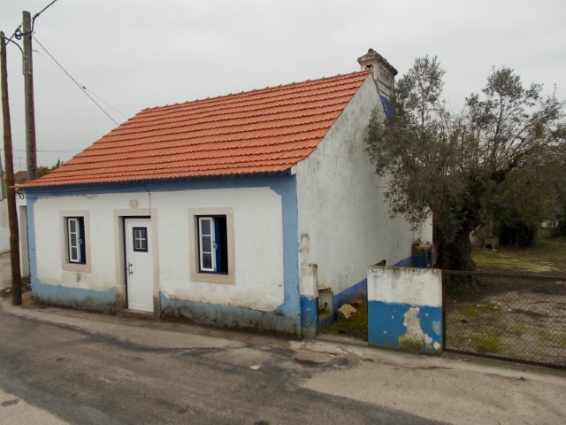 2 bedroom townhouse with Walled Grounds, located 1 hour from Lisbon and the beach, for sale
