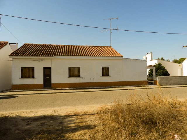 House 4 bedrooms with Backyard and Annex, near Coruche, for sale
