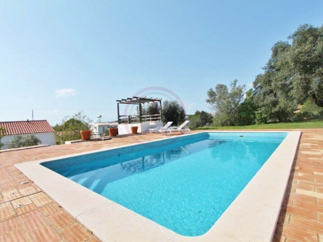 Farmhouse with 3+1 bedrooms, swimming pool and land near Santa Bárbara de Nexe | 3 Bedrooms + 1 Interior Bedroom | 2WC