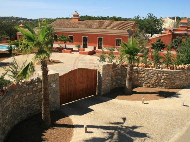 Rebuilt villa with 4 bedrooms and another house with 1 bedroom in São Brás de Alportel | 4 Bedrooms + 1 Interior Bedroom | 5WC