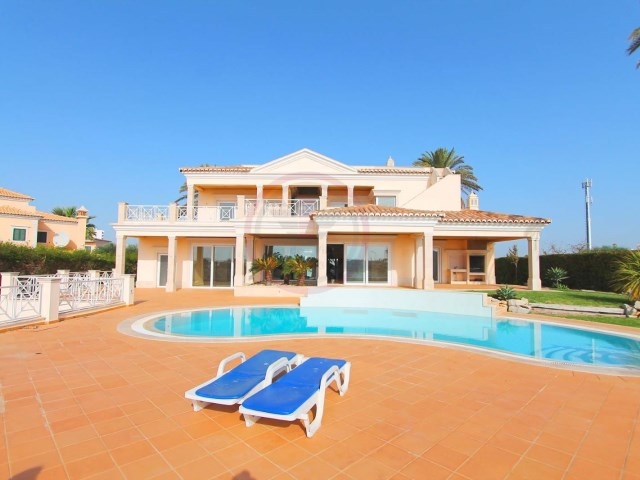 Luxury villa with 5 bedrooms, swimming pool and near the beach | 4 Bedrooms | 5WC