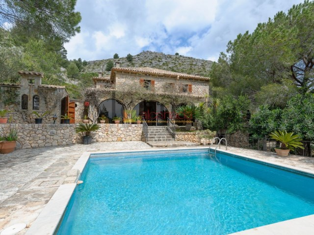 Finca with Statley home in Puerto Pollensa_pool_01