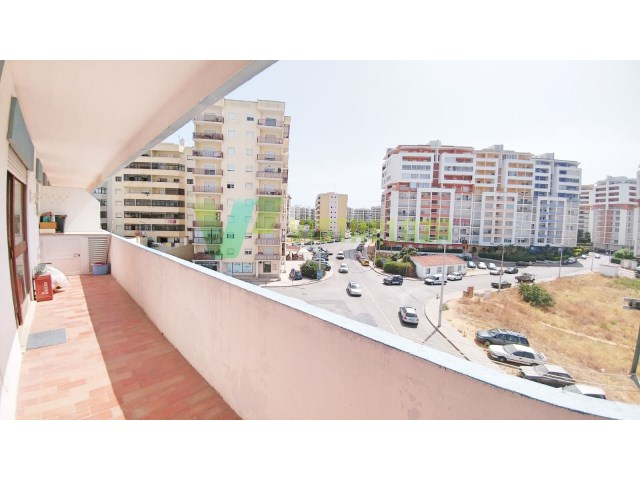 1 bedroom apartment in Quinta do Amparo, in good condition, in central area, with large balcony
