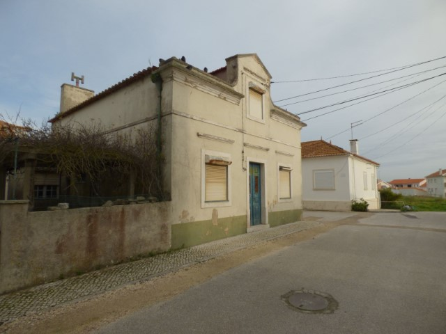Sale of land with House to demolish in s. Martinho do Porto. Approved project for construction of building with 14 fires with covered parking.