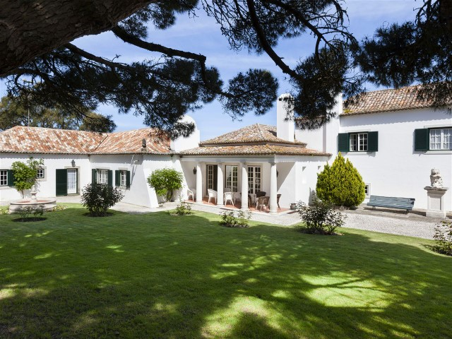 Sale of magnificent Villa with house T6 with about of 800 m2 and annex, in Sintra, Colares, built in the 60's | 7 Bedrooms