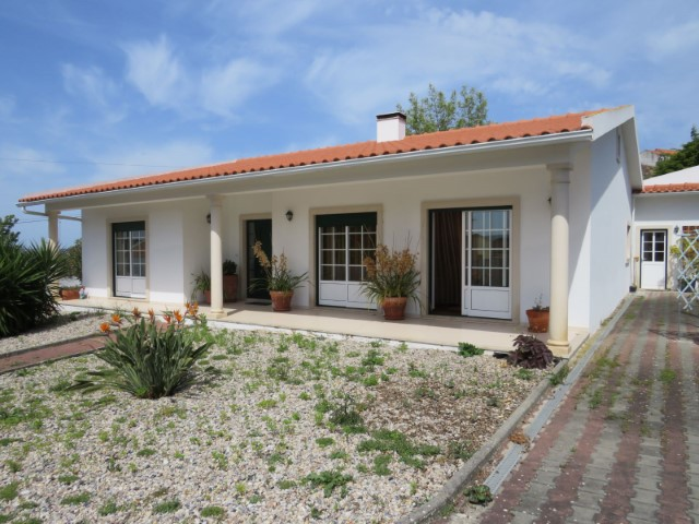 3 bedroom villa with land, sunny village, 5 minutes from the city of Alcobaça.