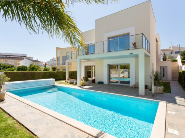 For sale - contemporary villa in Alvor, located in quiet and central area within a 10-minute walk from the beach  | 4 Bedrooms | 5WC