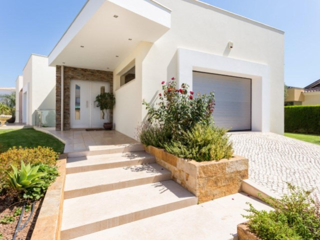 For sale - contemporary villa in Alvor, located in quiet and central area within a 10-minute walk from the beach  | 4 Sovrum | 5WC