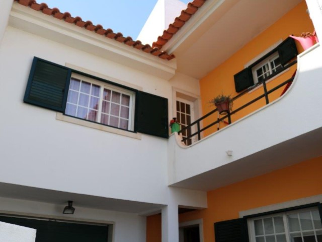 Villa with 5 bedrooms and large patio, located in very quiet square, in Estoril.  | 5 Bedrooms | 4WC
