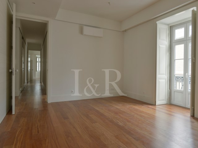 FANTASTIC 4 BEDROOM APARTMENT IN LISBON, SÉ, WITH TERRACE, ELEVATOR AND GARAGE | 4 Bedrooms | 4WC