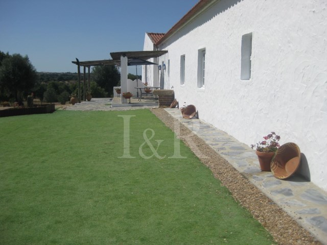 8 BEDROOM FARM HOUSE WITH POOL IN MONTEMOR-O-NOVO, ALENTEJO FOR SALE | 8 Bedrooms | 6WC