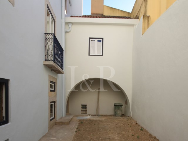 3 BEDROOM APARTMENT TO REHABILITATE WITH A TERRACE IN SÃO VICENTE, LISBON