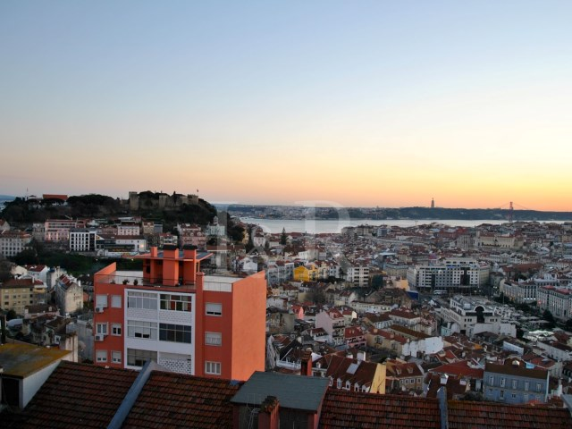 6-BEDROOM APARTMENT WITH RIVER VIEW TO REFURBISH IN GRAÇA, LISBON | 4 Bedrooms + 2 Interior Bedrooms | 1WC