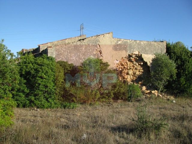 Land with ruin in Estoi