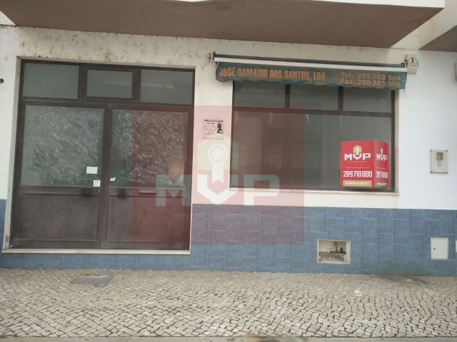 Store near the municipal swimming pools in Olhao-facade