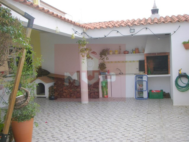House 4 bedrooms with garage in Olhao-backyard