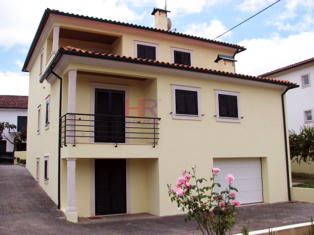 For sale-excellent villa with plot in Cernache.