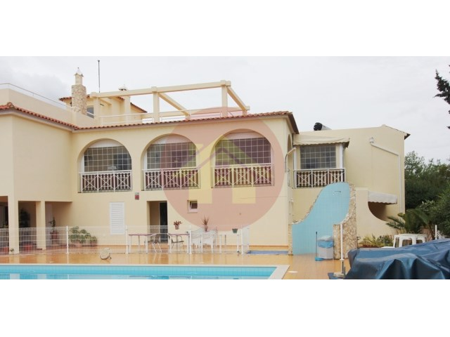 Villa with 14 suites, ideal for Hostel or nursing home.