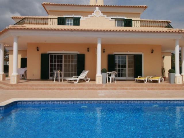 Villa avec piscine et jardin, situé dans la zone de golf de ...