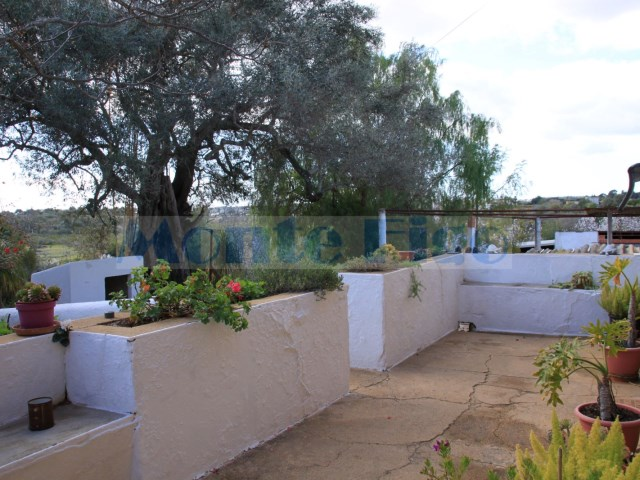 Typical country house, isolated to renovate with 304m2 and