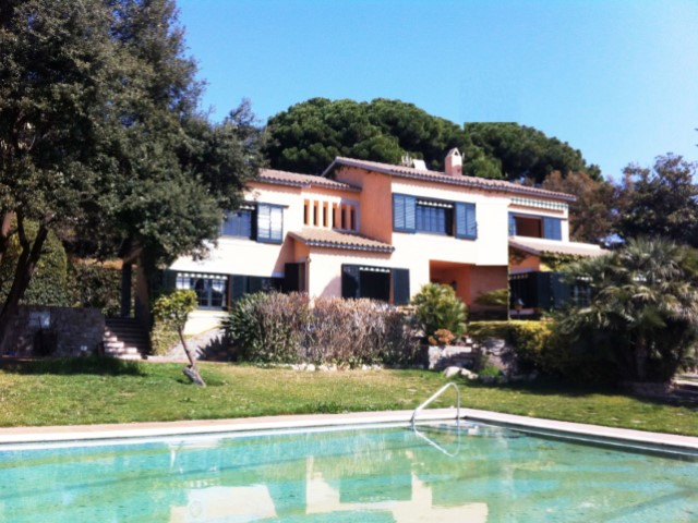 Beside the sea, 300 metres from the Sea this finca is located with 6,500 m2 of land, garden with trees