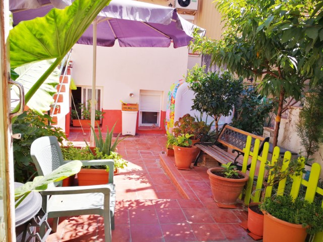Look for a village house renovated with garden in a quiet, yet central street of Canet de Mar and close to the sea