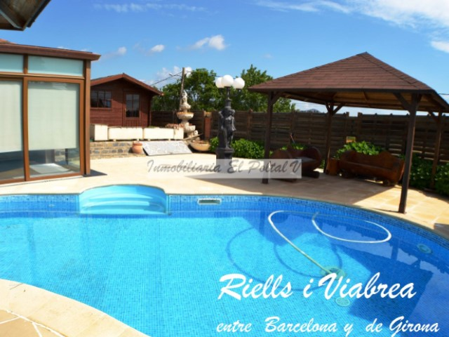 House with swimming pool, barbecue and garage
