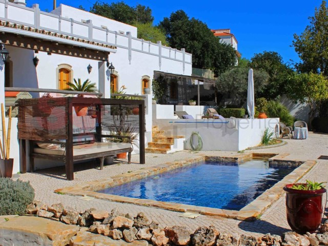 Beautifully built and recently completed, lovely traditional style quinta with pool and sea view