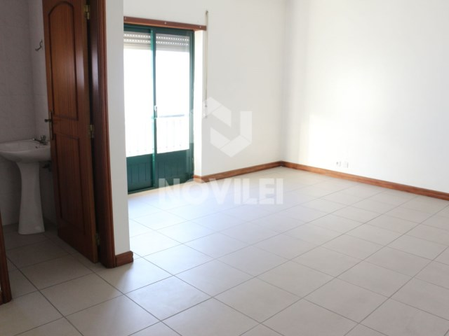 Office in New Leiria South-facing with a large living room and bathroom